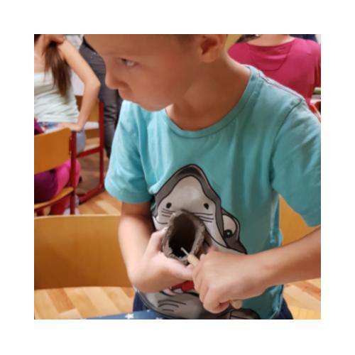 дети лепят из глины