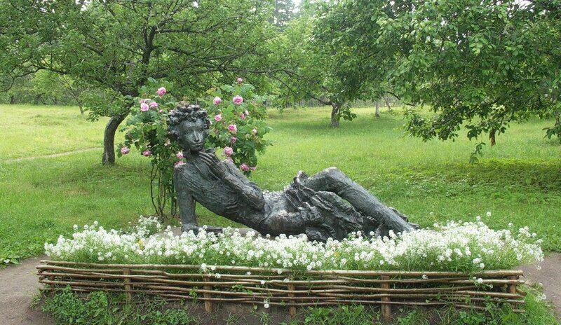В Михайловском. Скульптура юного Пушкина